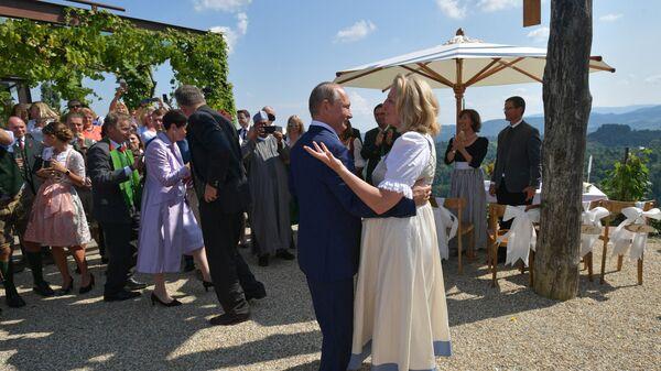 Президент РФ Владимир Путин танцует с министром иностранных дел Австрии Карин Кнайсль на ее свадьбе с финансистом Вольфгангом Майлингером.  18 августа 2018