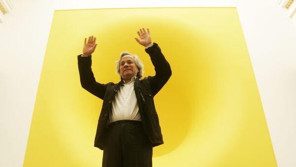 Индийский художник Аниш Капур перед своей работой Желтый