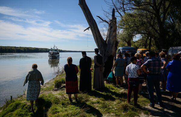 Местные жители и представители администрации села Каргаполово на берегу реки Обь встречают корабль-церковь Святой апостол Андрей Первозванный