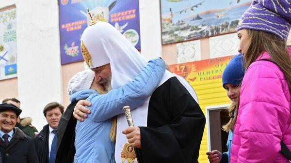 Патриарх Московский и всея Руси Кирилл общается с детьми во время посещения поселка Белушья Губа на архипелаге Новая Земля