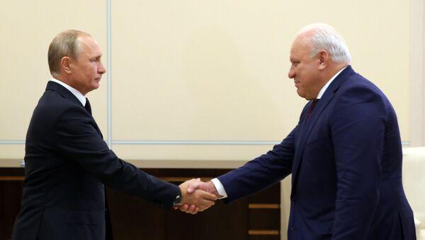 Владимир Путин и глава Республики Хакасия Виктор Зимин во время встречи. 20 августа 2018