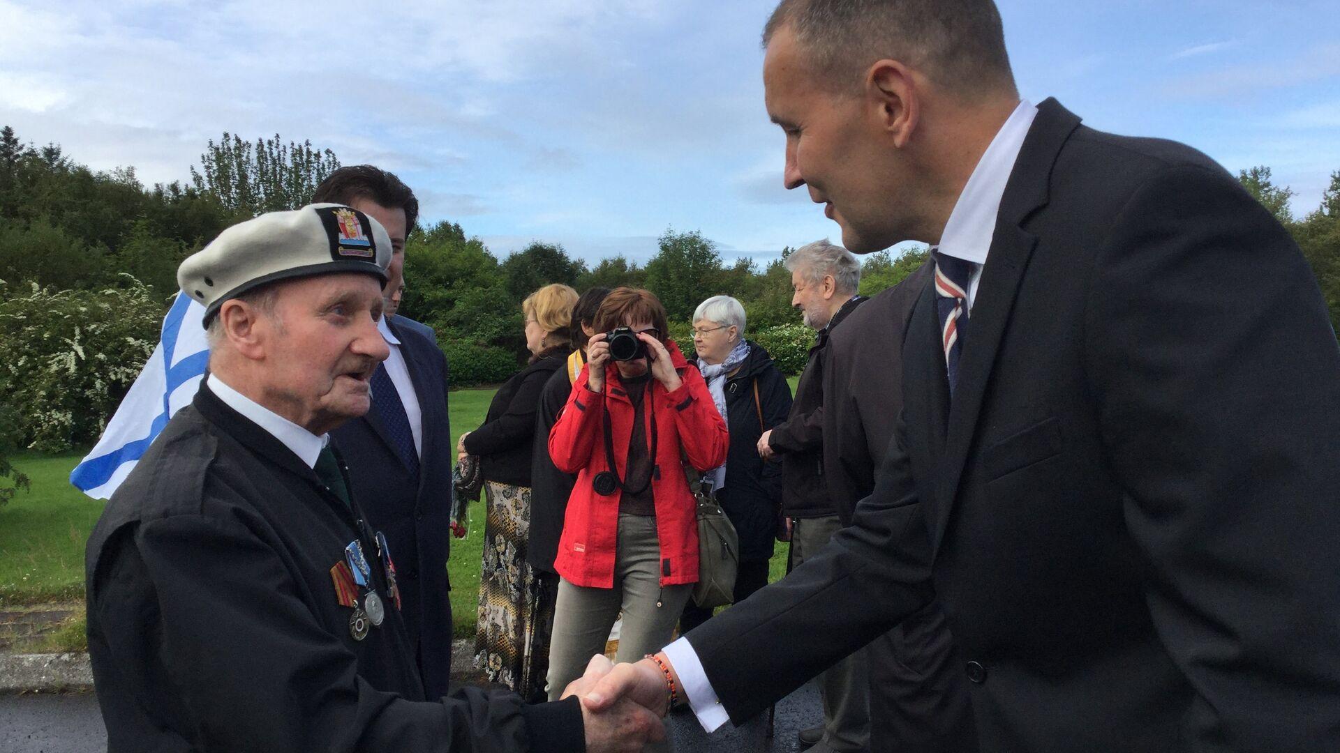 Президент Исландии Гвюдни Йоуханнессон (справа) приветствует ветерана Арктических конвоев из Шотландии Джека Петерсона - РИА Новости, 1920, 21.08.2018