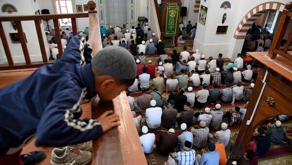 Мусульмане в мечети Джума Хан Джами в Евпатории во время празднования Курбан Байрам