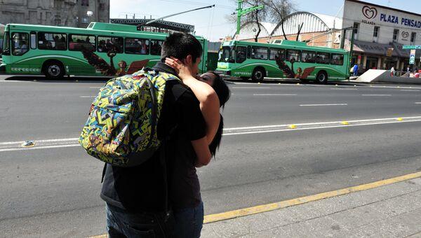 Молодая пара целуется в Мехико