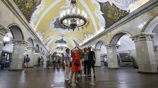 Туристы на станции Комсомольская кольцевой линии Московского метрополитена