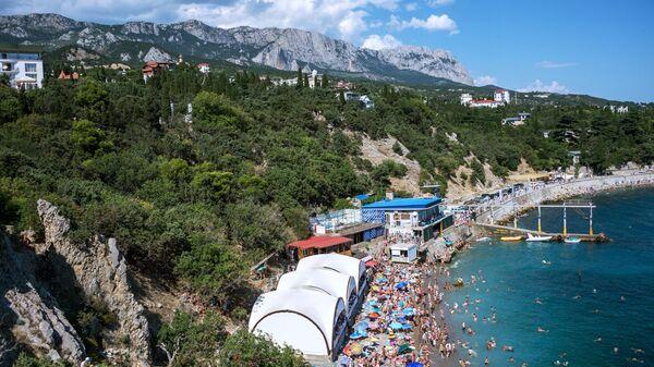 Отдыхающие на пляже курортного поселка Симеиз в Крыму