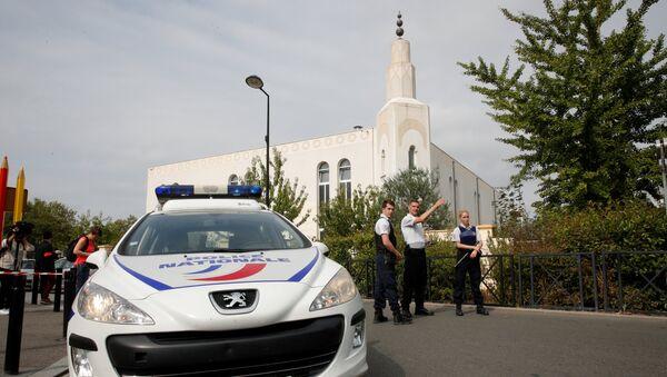 Французская полиция на улице, где мужчина убил двух человек и ранил одного в ходе нападения с ножом в коммуне Трапп под Парижем, Франция. 23 августа 2018