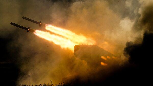 Тяжелая огнемётная система залпового огня ТОС-1а Солнцепек во время динамической экспозиции на выставке Армия России – завтра в рамках IV Международного военно-технического форума «Армия-2018 в Кубинке