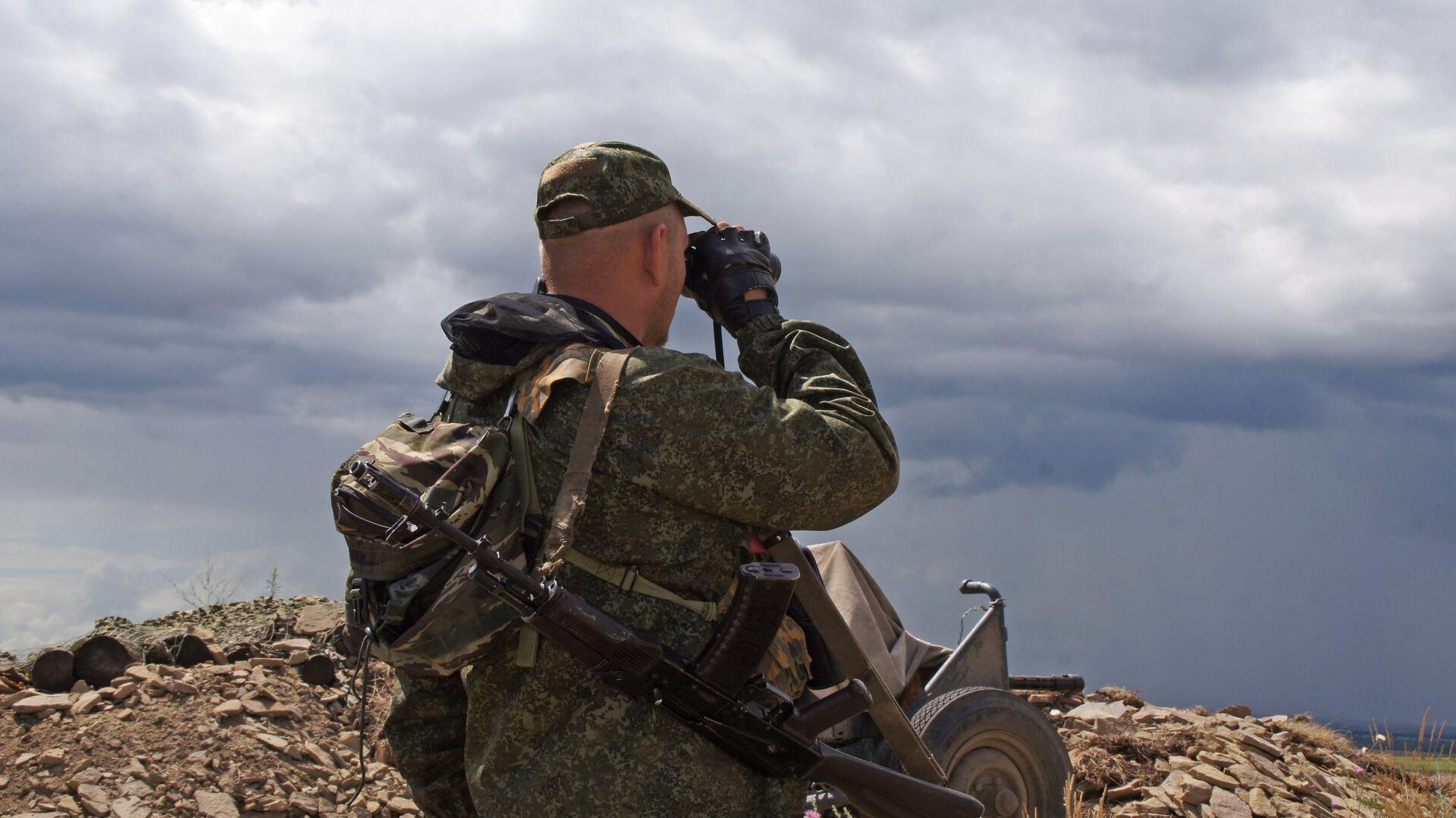 Военнослужащий Народной милиции ЛНР на позициях у линии соприкосновения в Донбассе - РИА Новости, 1920, 06.12.2020