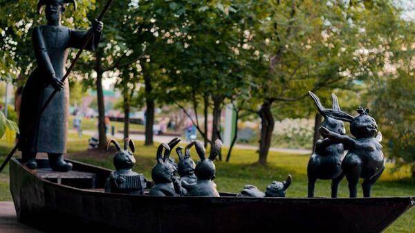 Скульптурная композиция Дед Мазай и зайцы в парке искусств Музеон в Москве