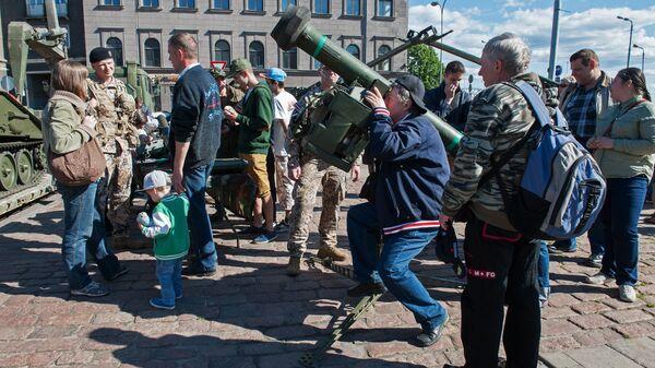 Горожане осматривают вооружение, представленное в Риге во время военных учений Saber Strike. Архивное фото