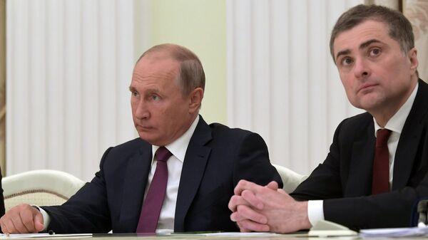 Президент России Владимир Путин и помощник президента РФ Владислав Сурков