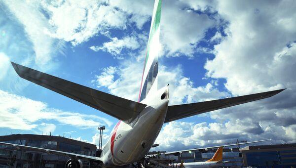 Самолет Boeing 777 авиакомпании Emirates в аэропорту Домодедово