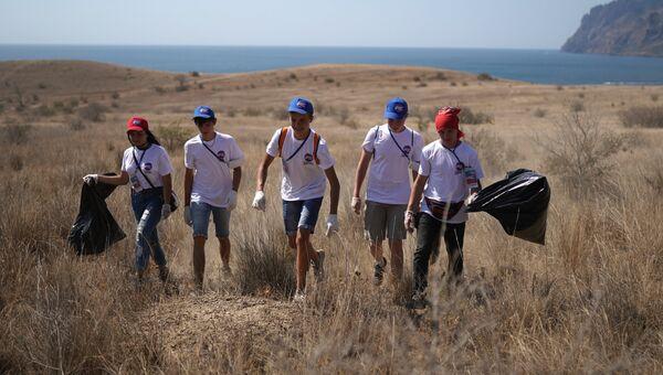 Волонтеры во время уборки бухты Тихая в Коктебеле на 16-м международном музыкальном фестивале Koktebel Jazz Party