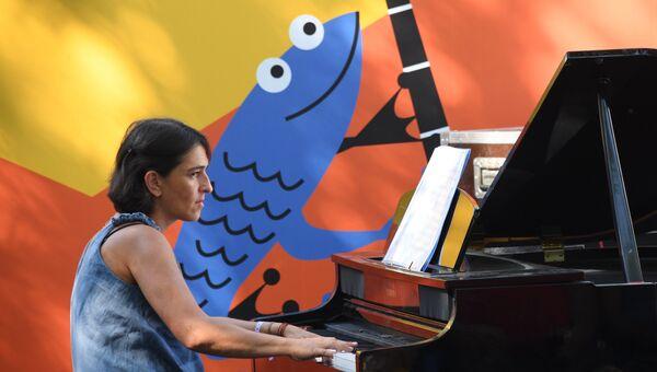 Пианистка коллектива New Folk Trio Наталья Скворцова на 16-м международном музыкальном фестивале Koktebel Jazz Party