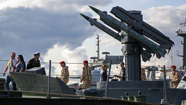 Юнармейцы на экскурсии на малом ракетном корабле Айсберг в рамках военно-технического форума Армия - 2018 в Североморске