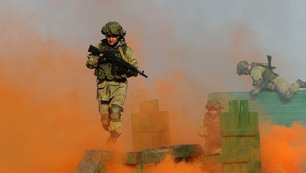 Военнослужащие во время генеральной репетиции показа возможностей вооружения и военной техники на Международном военно-техническом форуме ЮВО «Армия-2018» на полигоне Кадамовский в Ростовской области