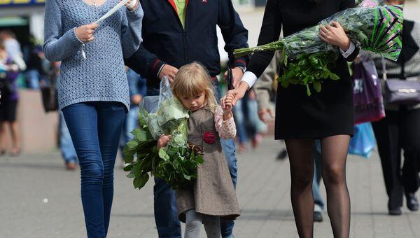Москвичи покупают цветы к 1 сентября на Рижском цветочном рынке