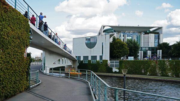 Здание Ведомства федерального канцлера Германии на берегу реки Шпрее в Берлине