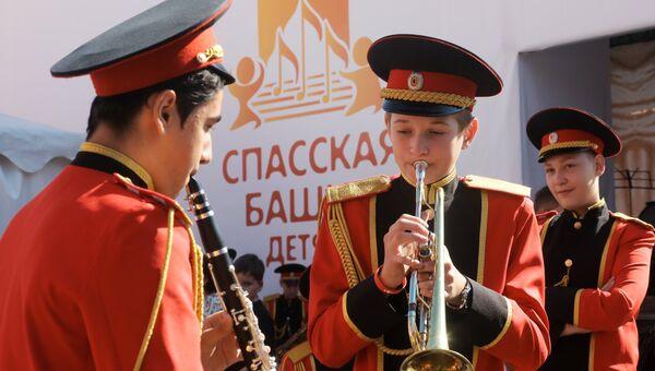 Участники фестиваля Спасская башня детям репетируют перед выступлением на Красной площади в Москве