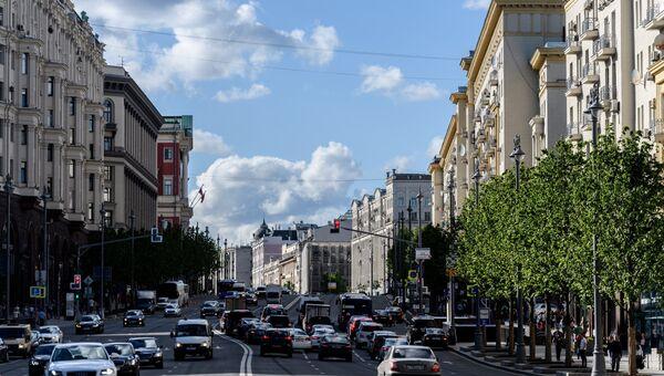 Автомобильное движение на Тверской улице в Москве. Архивное фото
