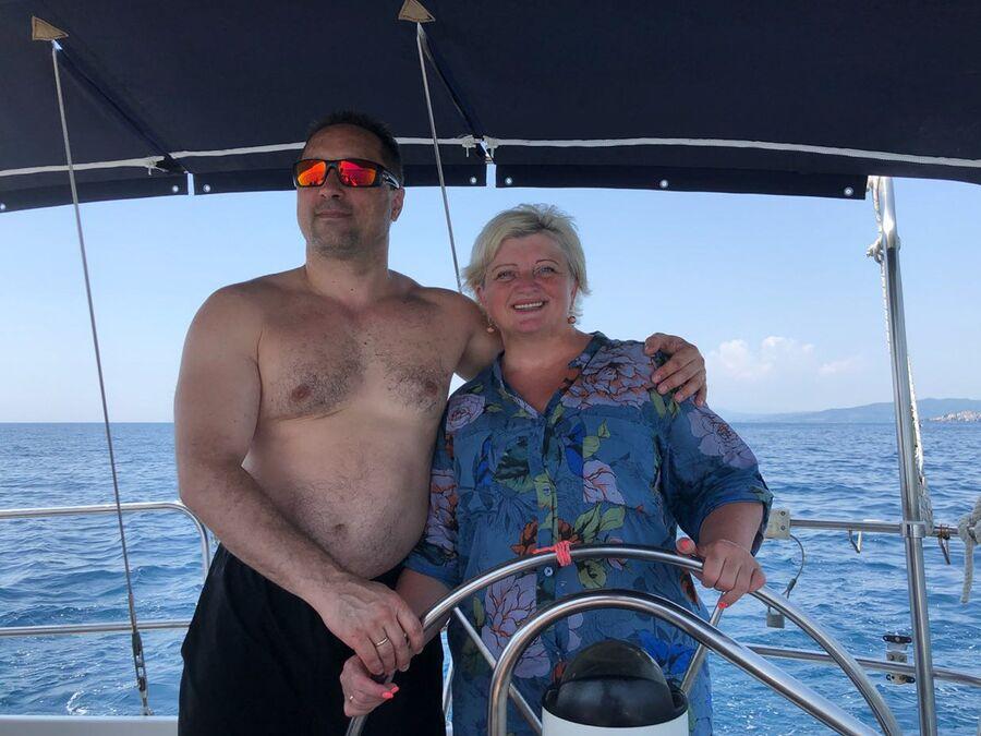 Греция. Халкидики. Антон Шкаплеров с женой за штурвалом яхты