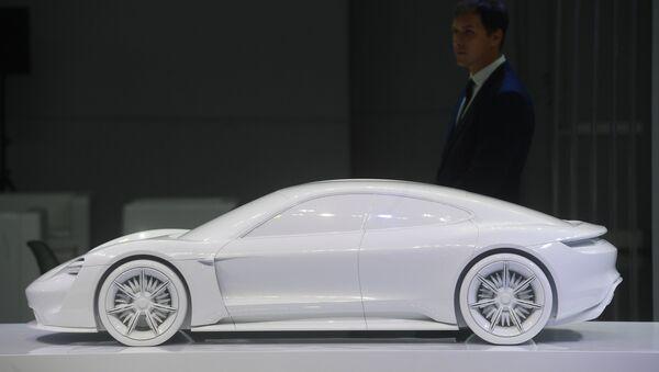 Макет электромобиля Porsche Mission E на технологическом фестивале Mobilistic 18 в Москве. Архивное фото