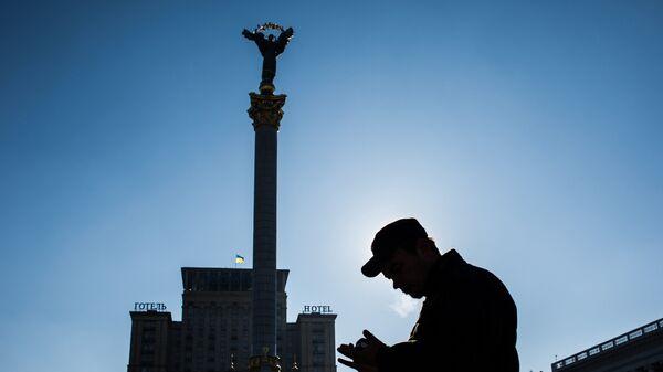 Прохожий на площади Независимости в Киеве