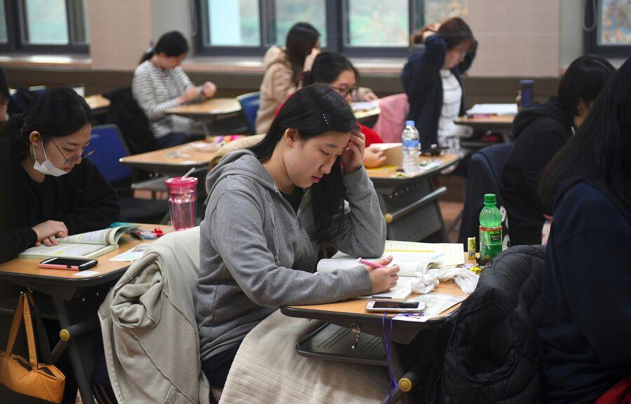 Южнокорейские школьники сдают ежегодный стандартизированный экзамен для поступления в колледж