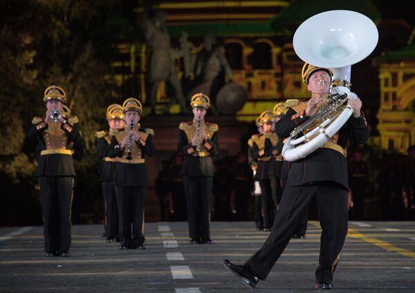 Оркестр суворовцев Московского военно-музыкального училища выступает на закрытии XI Международного военно-музыкального фестиваля Спасская башня