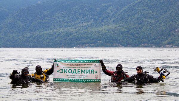 Волонтеры-дайверы приняли участие в очистке Телецкого озера