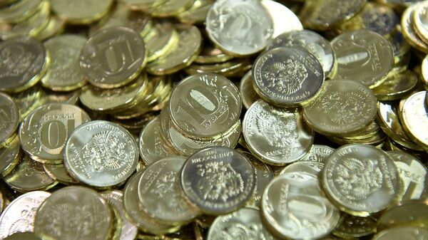 Десятирублевые монеты на линии штамповки на Московском монетном дворе