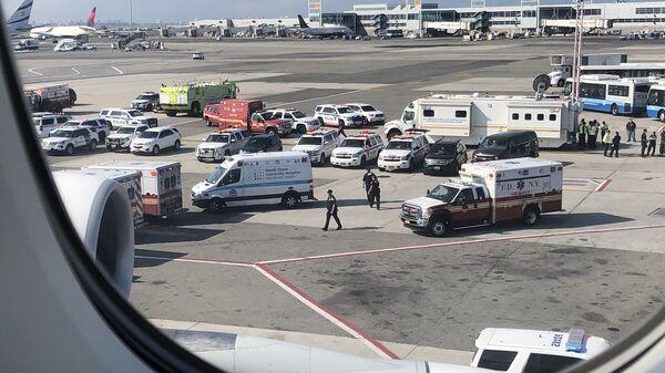 Сотрудники экстренных служб в аэропорту имени Джона Кеннеди в Нью-Йорке. 5 сентября 2018