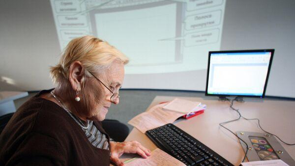 Пенсионерка проходит обучение на курсах компьютерной грамотности. Архивное фото