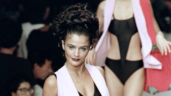 Датская модель Хелена Кристенсен во время показа коллекции дизайнера Карла Лагерфельда. 1995 год