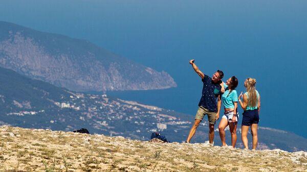 Туристы фотографируются на плато Ай-Петри в Крыму