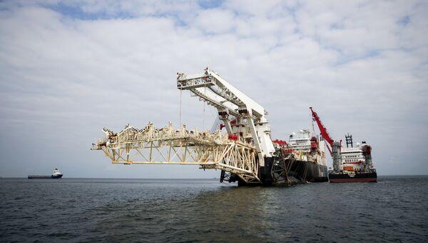 Трубоукладочное судно Solitaire (в центре) готовится к началу работ по укладке газопровода Северный Поток - 2 в Балтийском море.