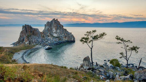 Скала Шаманка и мыс Бурхан на острове Ольхон. Байкал. Архивное фото