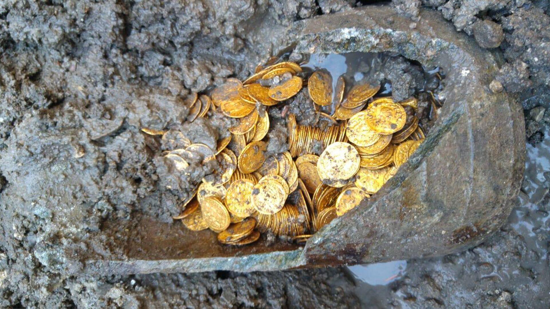 Амфора с кладом в несколько сотен золотых монет - РИА Новости, 1920, 19.04.2021