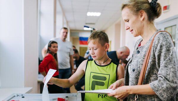 Избирательница в единый день голосования на избирательном участке в Иваново
