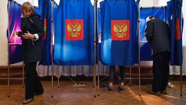Избиратели в единый день голосования на избирательном участке в Новосибирске