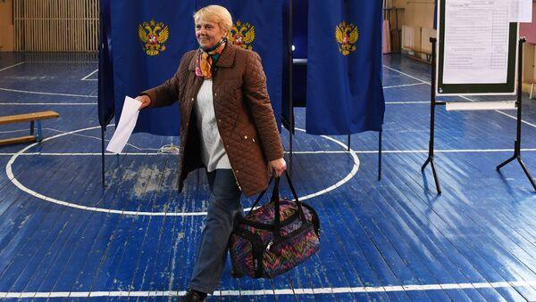 Избирательница в единый день голосования на избирательном участке. Архивное фото
