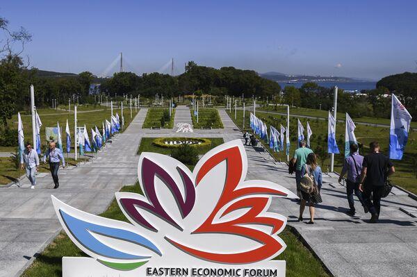 Логотип ВЭФ на площадке IV Восточного экономического форума во Владивостоке