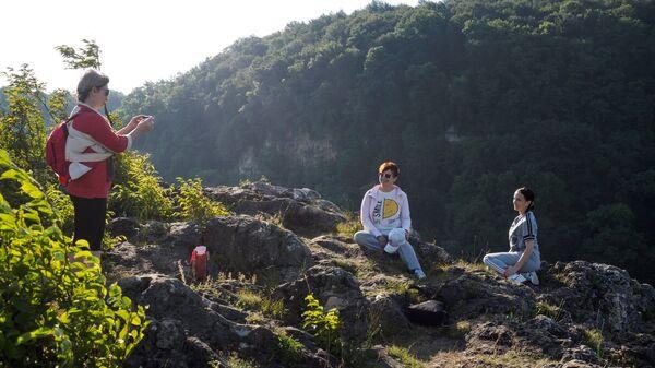 Отдыхающие в экстрим-парке Мишоко в Республике Адыгея