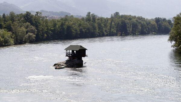 Деревянный домик на реке Дрина в Сербии. Архивное фото
