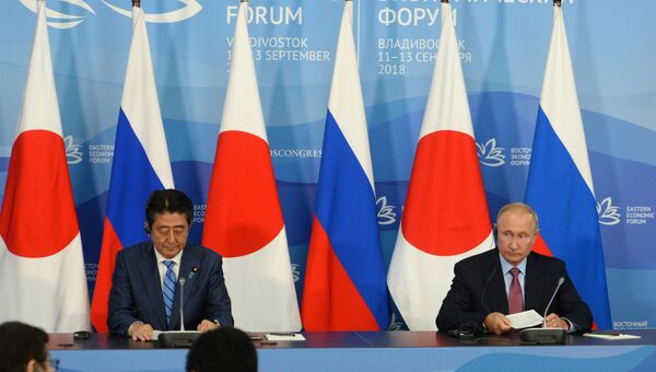 Владимир Путин и премьер-министр Японии Синдзо Абэ (слева) на церемонии подписания совместных документов по итогам переговоров во Владивостоке. 10 сентября 2018