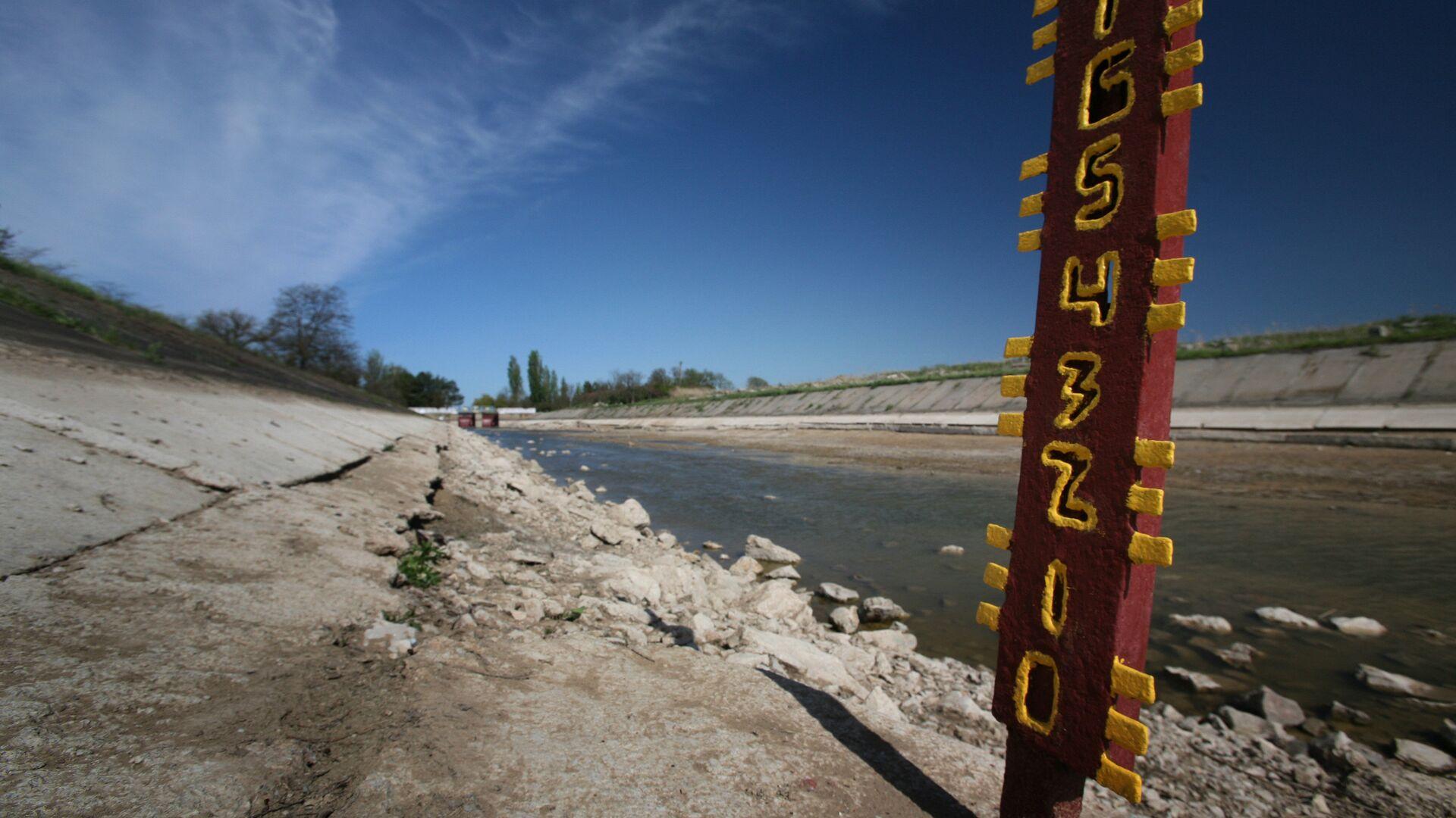 Мерные уровни, показывающие полное отсутствие воды в Северо-Крымском канале уже в 20 километрах от первой насосной станции. 27 апреля 2014 года - РИА Новости, 1920, 22.07.2021