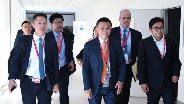 Основатель Alibaba Джек Ма (в центре) на IV Восточном экономическом форуме во Владивостоке