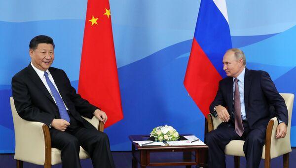 Президент РФ Владимир Путин и председатель КНР Си Цзиньпин во время встречи на полях IV Восточного экономического форума