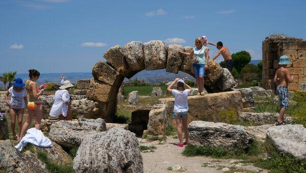 Туристы на руинах древнего города Иерополиса